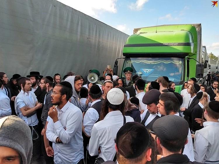 Накануне хасиды блокировали движение фур через границу