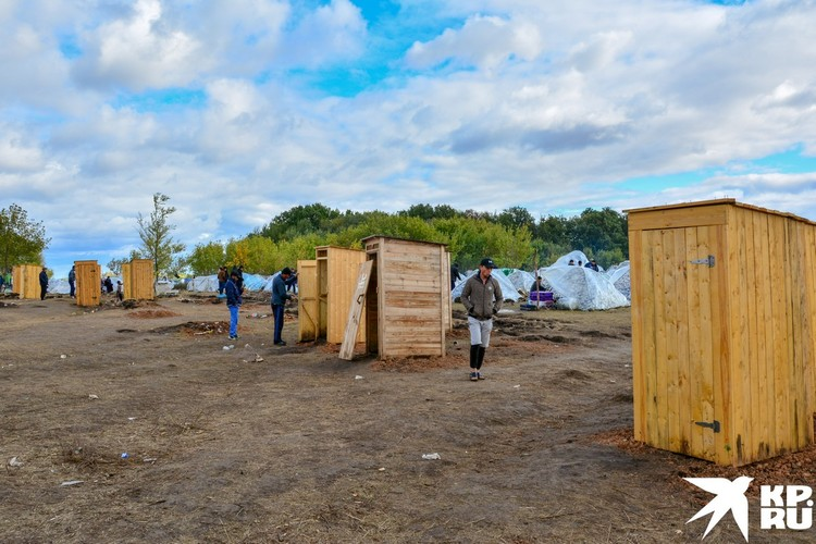 Туалеты в палаточном лагере.