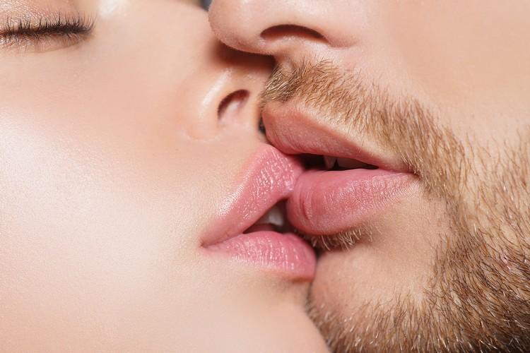 """Связь """"французского поцелуя"""" и доходами населения озадачила ученых."""