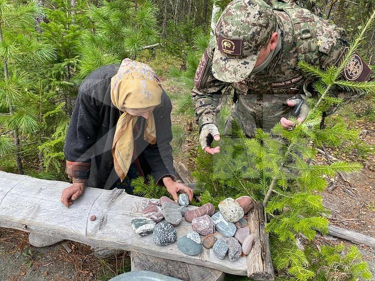 Несколько самых эффектных камней подарила гостям. Фото: Виктор НЕПОМНЯЩИЙ