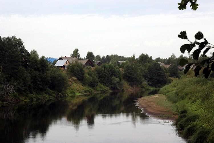 В деревне множество старинных изб, которые нуждаются в реставрации.
