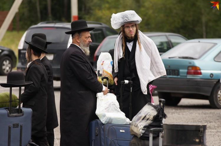 Некоторые паломники надевали пакеты на шляпы - от дождя