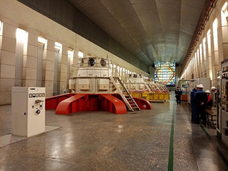 Машинный зал станции с новыми энергоагрегатами