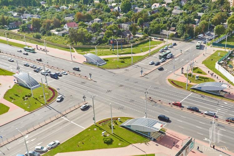 До центра города от ЖК 10 минут езды, а до выезда из Минска по направлению к трассе Брест – Москва — 15 минут.