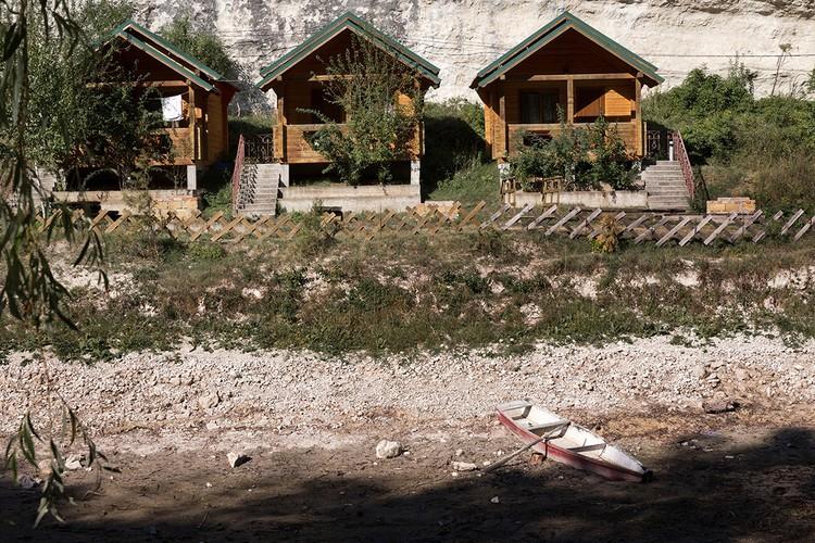 Обмелевший высохший водоем у зоны отдыха в селе Залесное Бахчисарайского района. Фото: Сергей Мальгавко/ТАСС