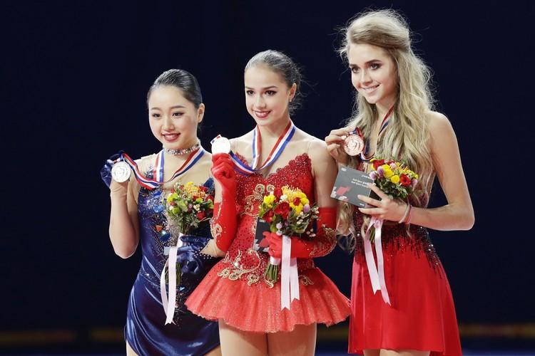 Елена Радионова с Алиной Загитовой (в центре) и Вакабой Хигучи после Гран-При Китая в 2017 году.
