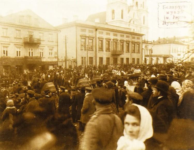 Мирные демонстрации (слева) стали нормой в начале ХХ века. Фото: citydog.by