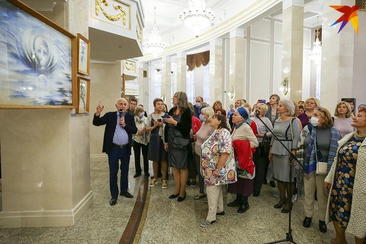 Художественный руководитель Большого театра Беларуси Валентин Елизарьев лично открыл выставку. Фото: Анна ИВАНОВА