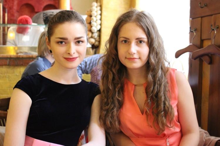 Анастасия Ещенко (слева) всю жизнь училась на одни пятерки