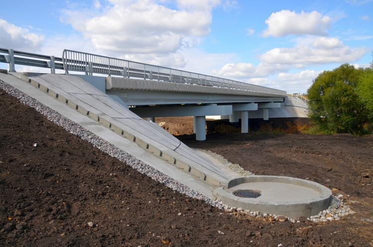 Рабочие расширили проезжую часть моста, довели его до полного соответствия параметрам второй технической категории.