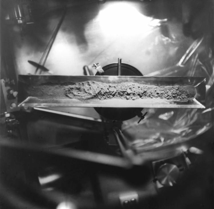 """Исследование лунного грунта, доставленного автоматической станцией """"Луна-16"""". Фото А. Вольгемута, Ю. Устинова, В. Шеффера /Фотохроника ТАСС"""