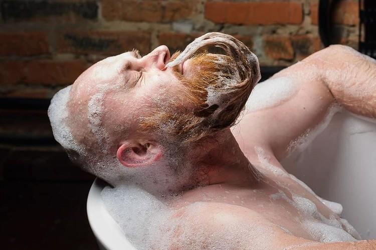 Это уже не первая пародия бородача на популярные позы девушек. Фото: mrwed54