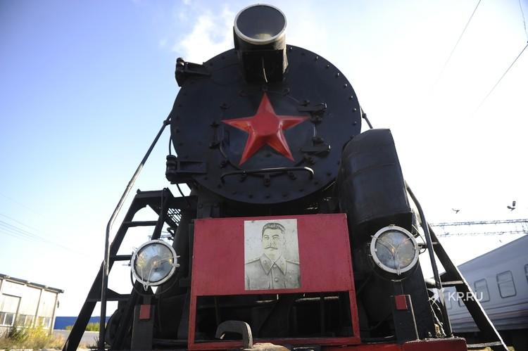 На локомотиве также есть портрет Иосифа Сталина