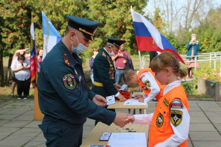Школьники получили удостоверения кадетов-спасателей и надели форму с символикой МЧС