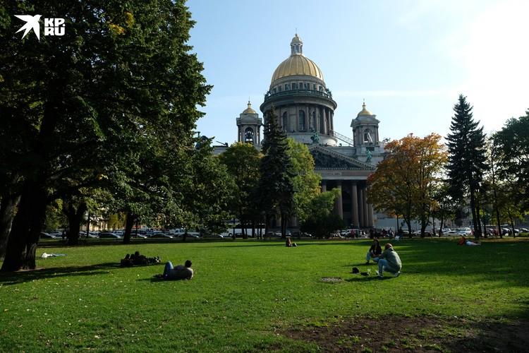 Александровский сад располагается в самом центре Санкт-Петербурга и окружен главными достопримечательностями города.