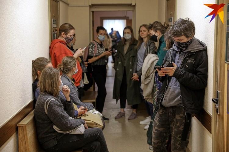 В коридорах суда было необычно многолюдно