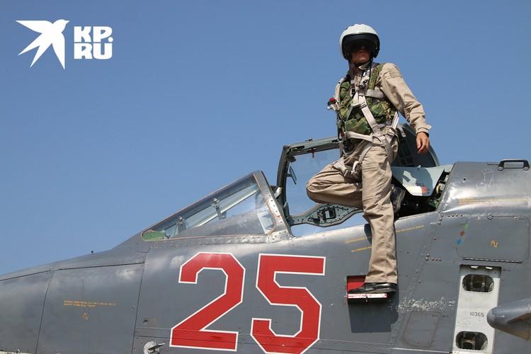 Российский пилот покидает штурмовик Су-25 на аэродроме `Хмеймим` после возвращения с задания, 2015 г.