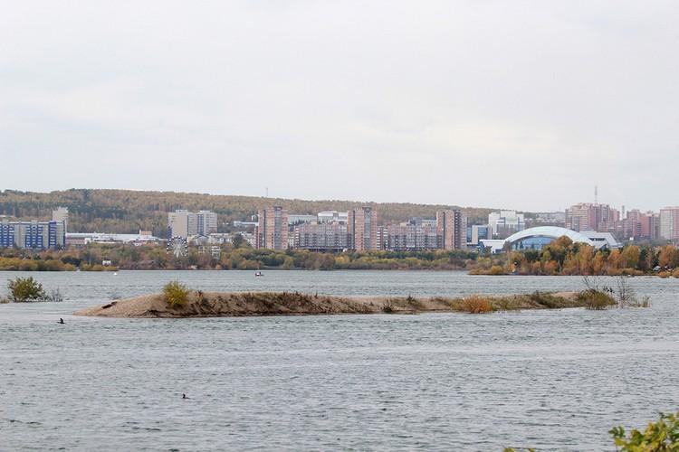 Острова на Ангаре постепенно уходят под воду.