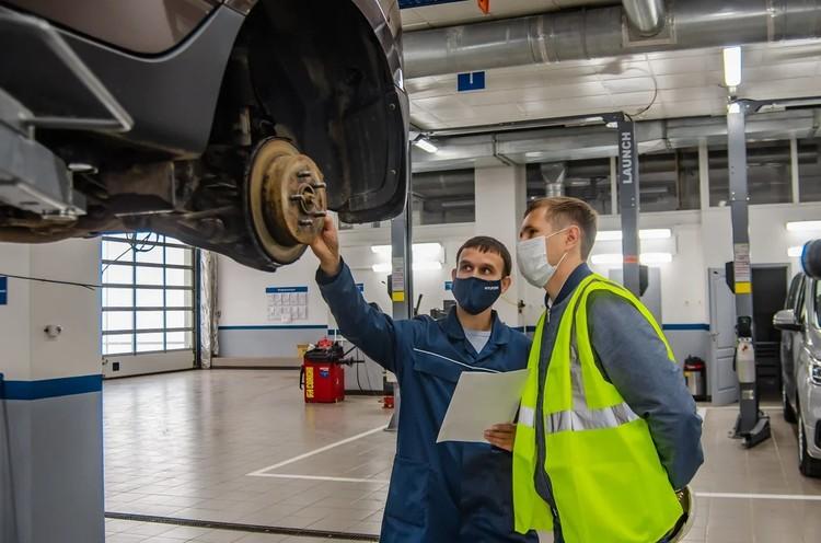 Клиент Вега-Моторс может присутствовать на всех этапах ремонта или техобслуживания: здесь ничего не скрывают. Напротив, гордятся новым и современным оборудованием. Фото: Анастасия СЕСОРОВА