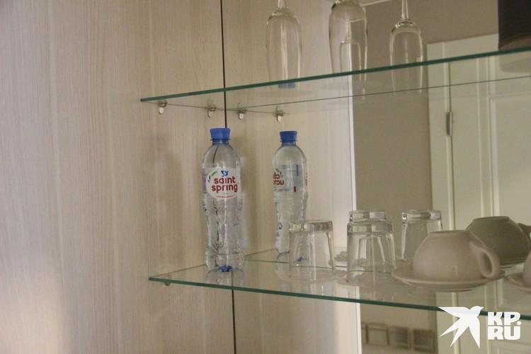 В номерах по-прежнему есть вода для постояльцев. Те самые бутылочки с синей крышкой.