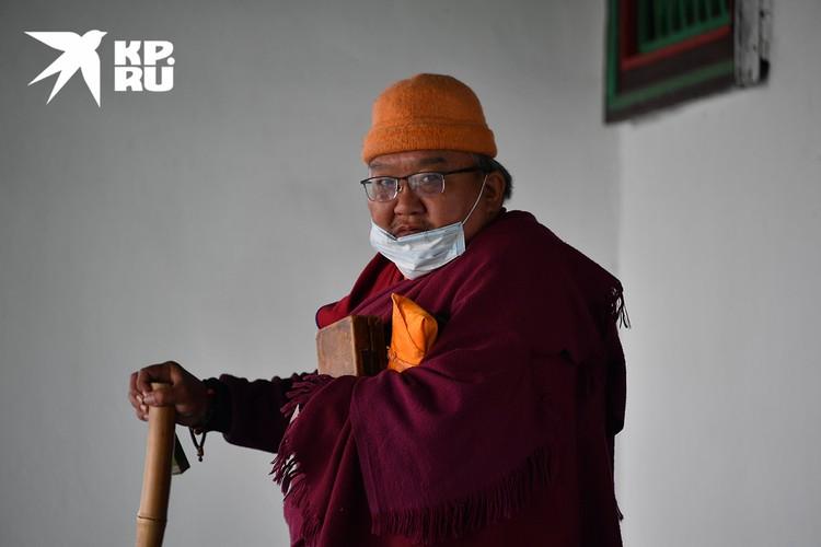 Монах покидает дацан после молитвы.
