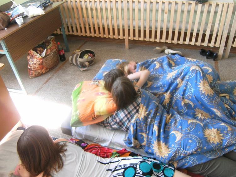 """На страничке клуба """"Инсайт"""" в Добрянке и сейчас в открытом доступе фото подростков, спящих или лежащих на полу под одеялами."""