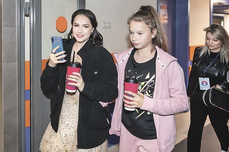 Алина Загитова (слева) берет на съемки свою сестренку Сабину - она тоже занимается фигурным катанием.