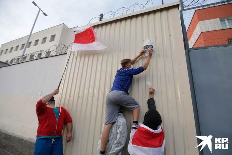 Демонстранты в прямом смысле уперлись в стену.