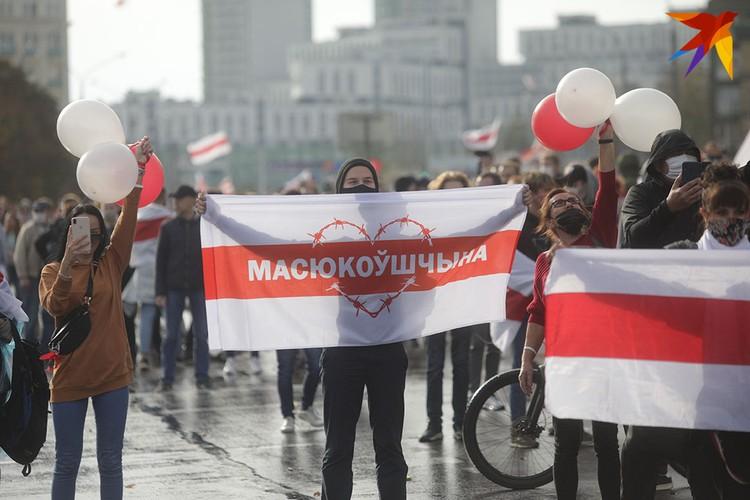 Многие пришли с флагами своих районов.