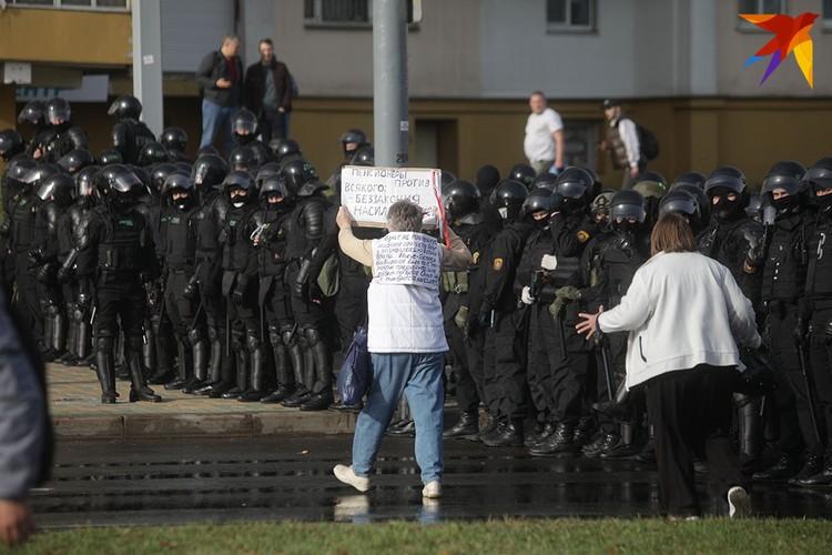 Среди протестующих - люди разного возраста.