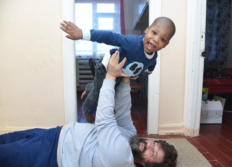 Нигерийского мальчика Сашу Артем Фалин полюбил, как родного сына.