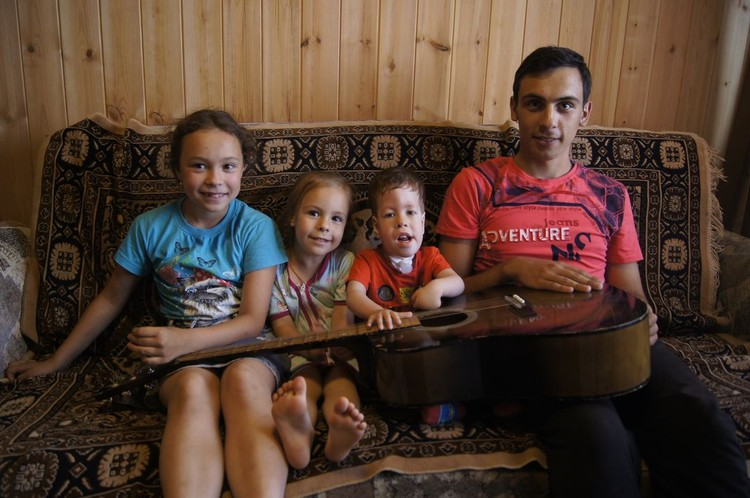 Брат и сестры не отходят от малыша ни на минуту. Фото: личный архив героя.