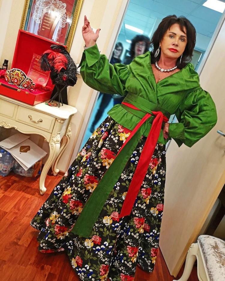 Талию Бабкина теперь подчеркивает поясами.