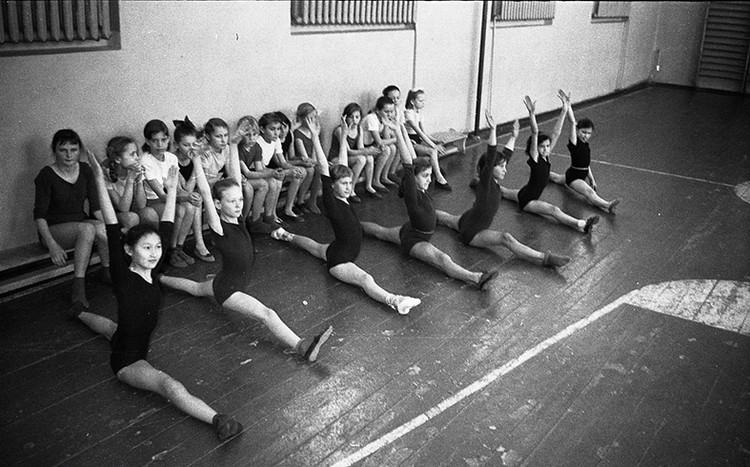 Тех двух уроков физкультуры в неделю, которые перепадали по программе, нам хронически не хватало.