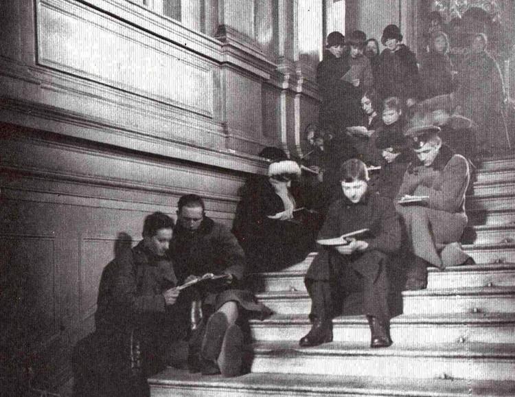 Читатели на ступеньках библиотеки, 1920-е. Фото: Российская национальная библиотека