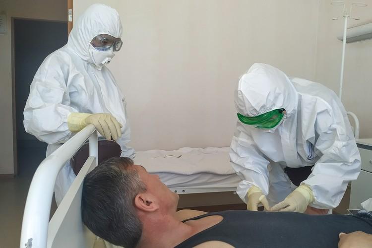 Врачи уже больше полугода рискуют собой, спасая жизни больных коронавирусом