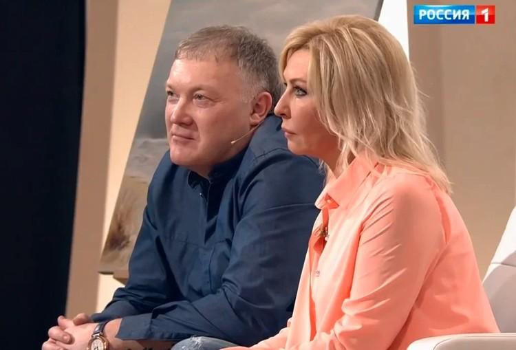 Татьяна Овсиенко и Александр Меркулов в студии телешоу.