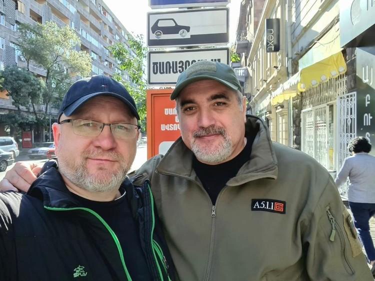 Военные журналисты Юрий Котенок и Левон Арзанов в Ереване, за несколько часов до того, как попали под обстрел. Фото: Левон Арзанов