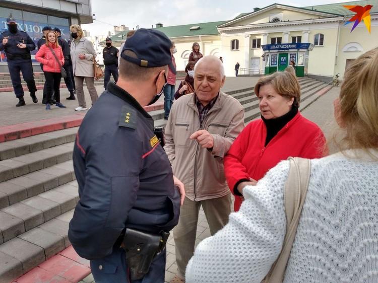 Сотрудники милиции сразу предупредили пожилых людей о том, что собираться нельзя.