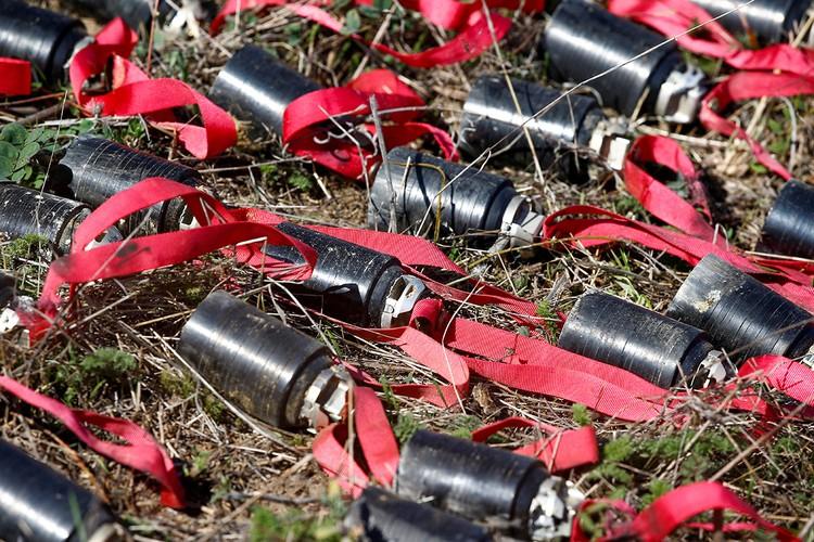 """""""Только в Степанакерте уже обнаружено около 673 ракетных, ударных и кассетных бомб турецкого и израильского производства"""", - демонстрируют фотографии взрывчатых устройств иностранного производства армянские спасатели."""
