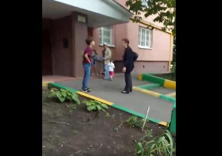 Двое пенсионеров накинулись на ребенка из-за того, что дети играли в перестрелку