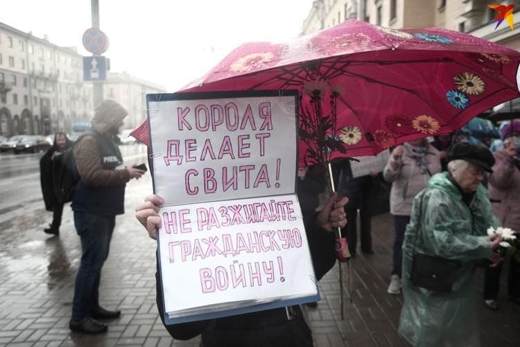 Женщины вышли на марш с плакатами.