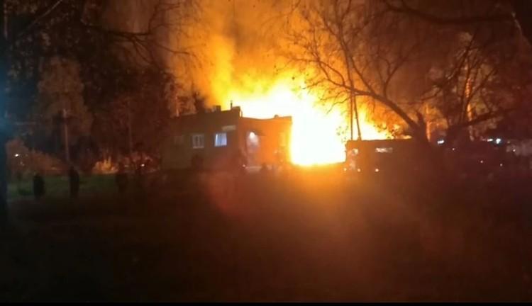 Всего в пожаре сгорело 6 построек Скриншот видео