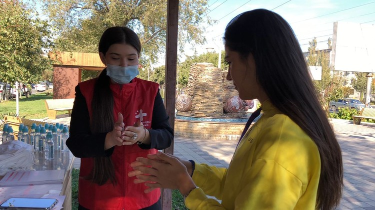 Волонтеры из Дагестана рассказывают о правильном мытье рук прохожим Фото: движение #МЫВМЕСТЕ