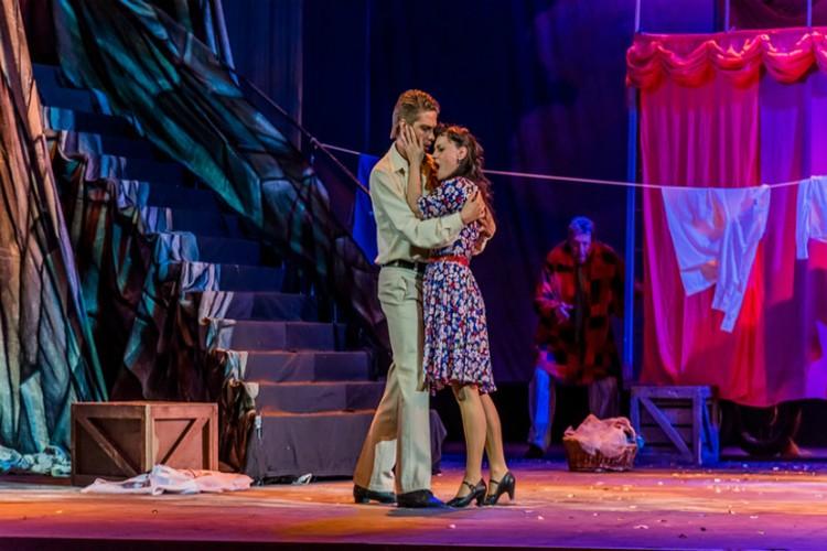 Сюжет любовного треугольника комедиантов в жизни превращается в кровавую драму на сцене. Фото: Краевой музыкальный театр