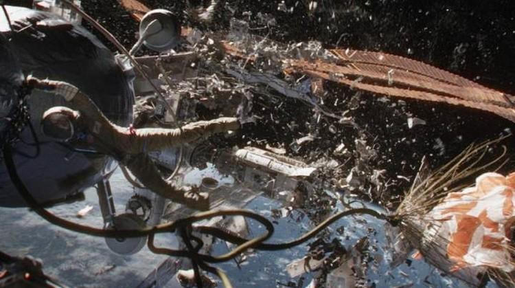 """Катастрофические разрушения космический мусор, к счастью, производит пока лишь в кино: кадр из фильма """"Гравитация""""."""