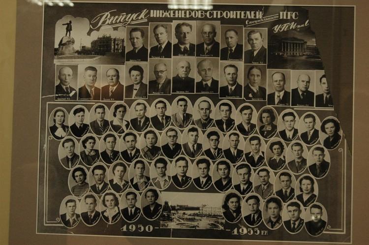 Строительный факультет Борис Ельцин окончил в 1955-м. На снимке он в третьем ряду снизу, четвертая фотография справа.