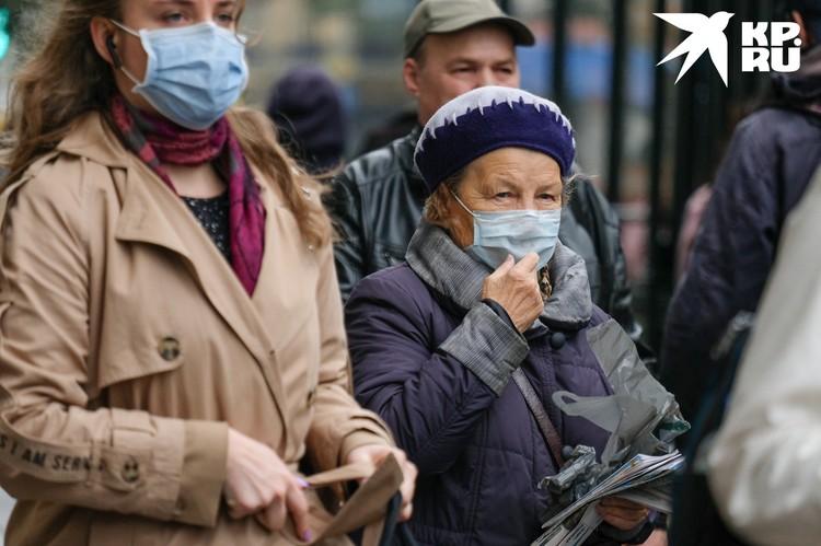 По словам врачей, сейчас в больницы везут в основном пожилых и хроников.