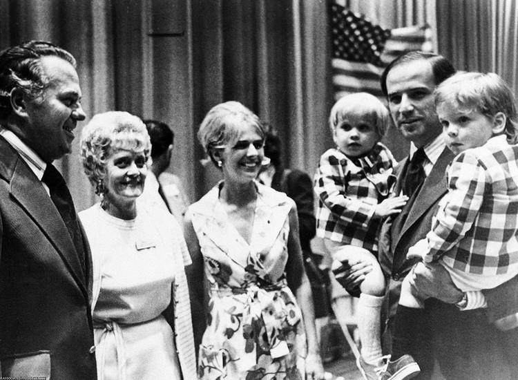 Во время учебы в вузе Байден познакомился со своей первой супругой, Нелией. У пары родилось трое детей - двое сыновей - Джозеф «Бо» и Хантер - и дочь Наоми.