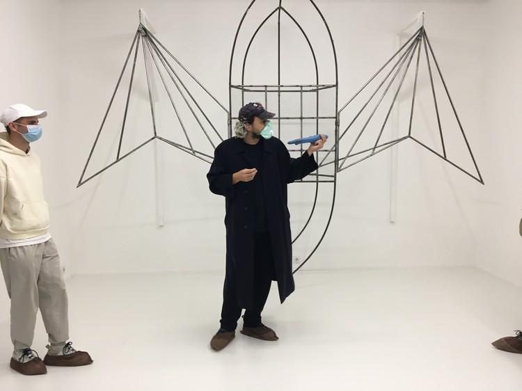 Куратор Дмитрий Хворостов на фоне работы «Прорези»